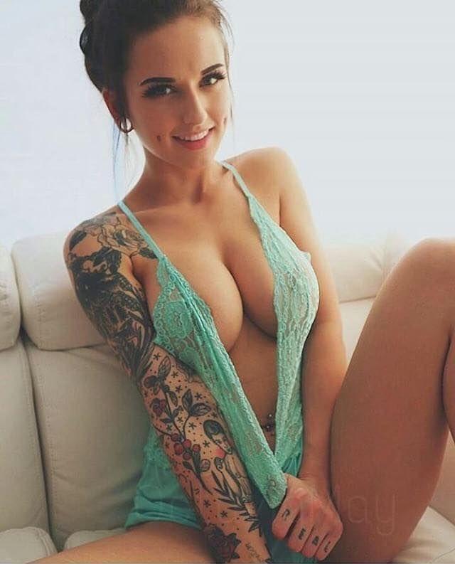Tattoo Camgirl mit prächtigem Vorbau zieht blank beim XXX Chat